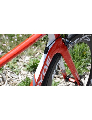 Aero tubing profiles and a smooth fork to down tube interface can be found throughout the Nazare line