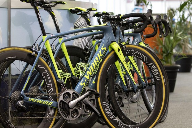 Tinkoff was sponsored by FSA for drivetrains last year. No sign of that this year, though the cockpit components remain from the Italian brand