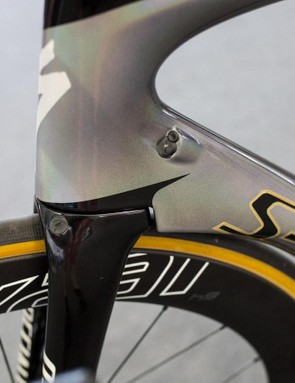 A curved down tube hugs the front wheel