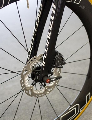 Shimano R785 disc brakes with 160mm rotors on the front wheel