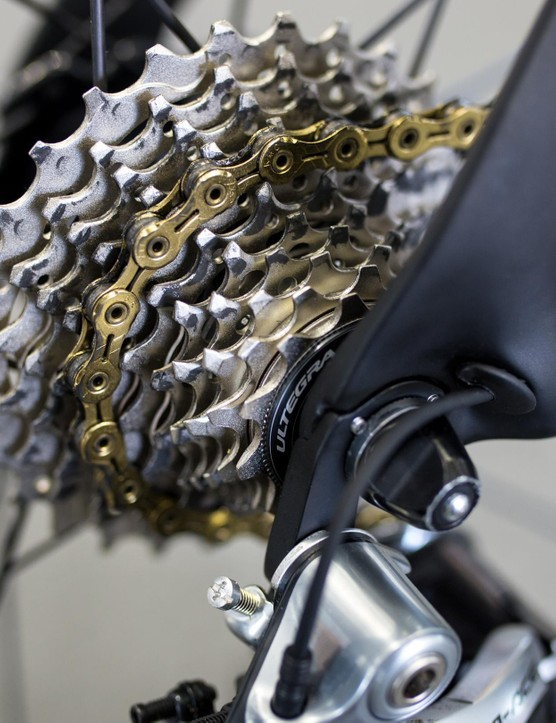 Spinning the 11-28T Ultegra cassette is a gold KMC chain