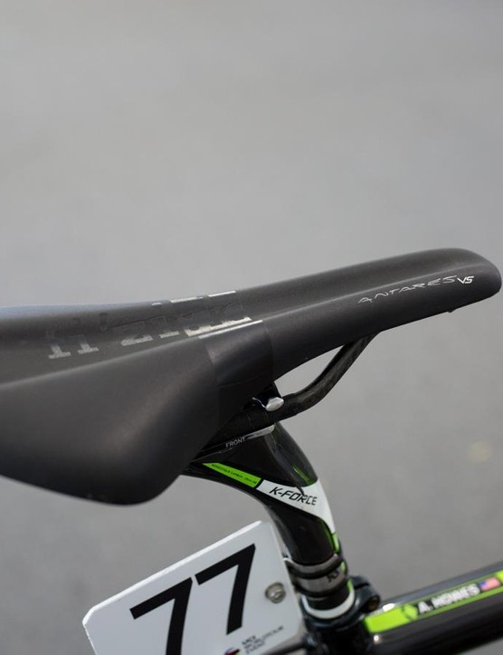 Howes uses a Fizik Antares VS saddle with the pressure relieving channel