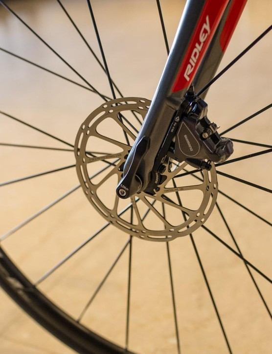 The Fenix SL utilises Shimano flat mount brakes