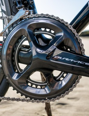 The black R9100 crankset matches the frame well