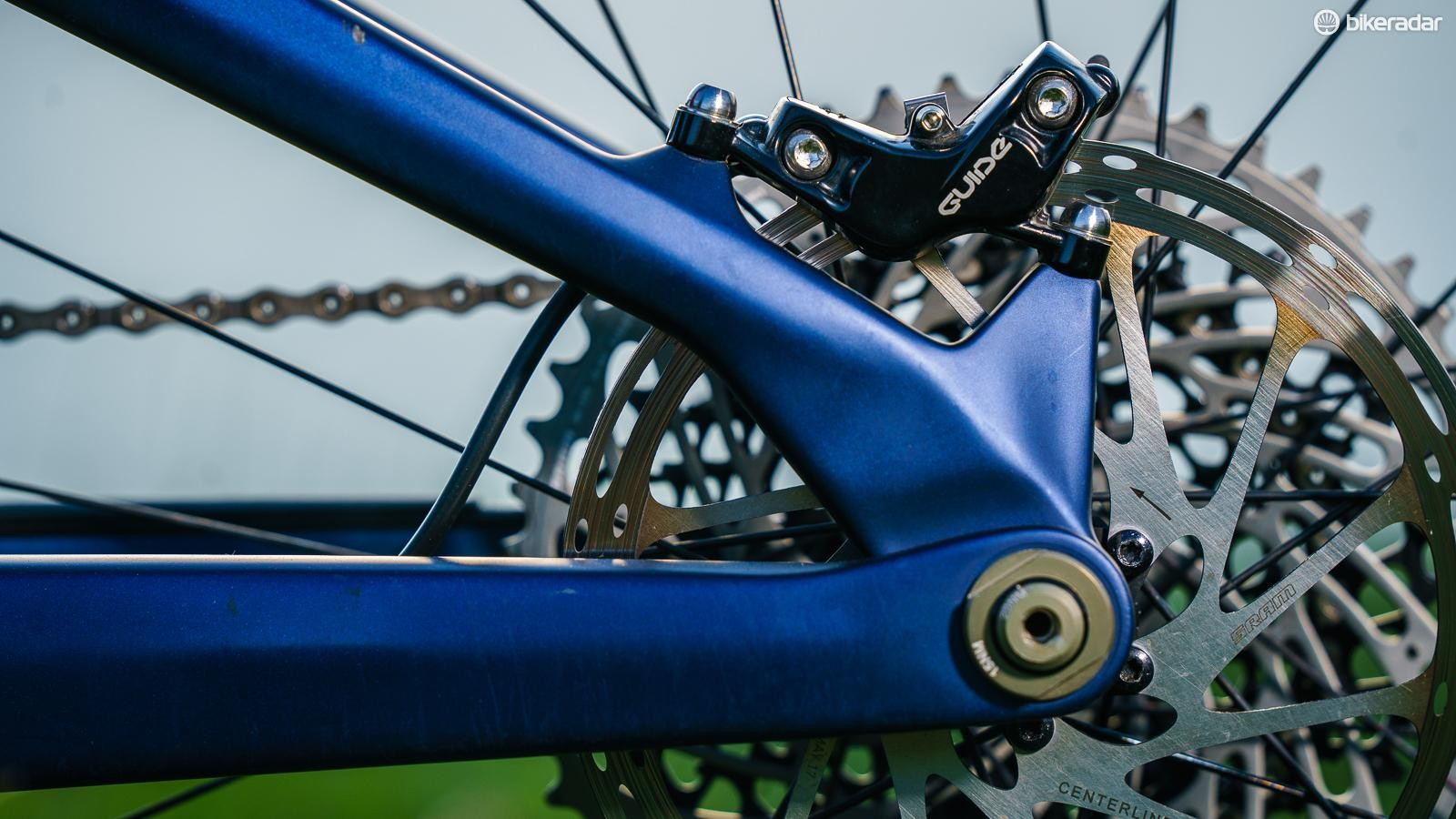By using the rear axle as a pivot, and integrating a direct brake mount, Orbea has manged to save weight and create a really tidy looking back end