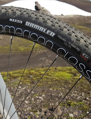 Wide American Classic wheels with 40c Maxxis Rambler tyres provide decent grip and comfort without compromising rolling speed