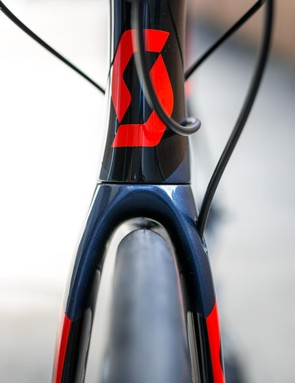 The fork can handle a 30mm tire with internal hose routing for the front brake