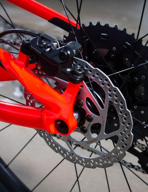 Non series post mount Shimano BR-MT500 brakes at the back with a 160mm rotor