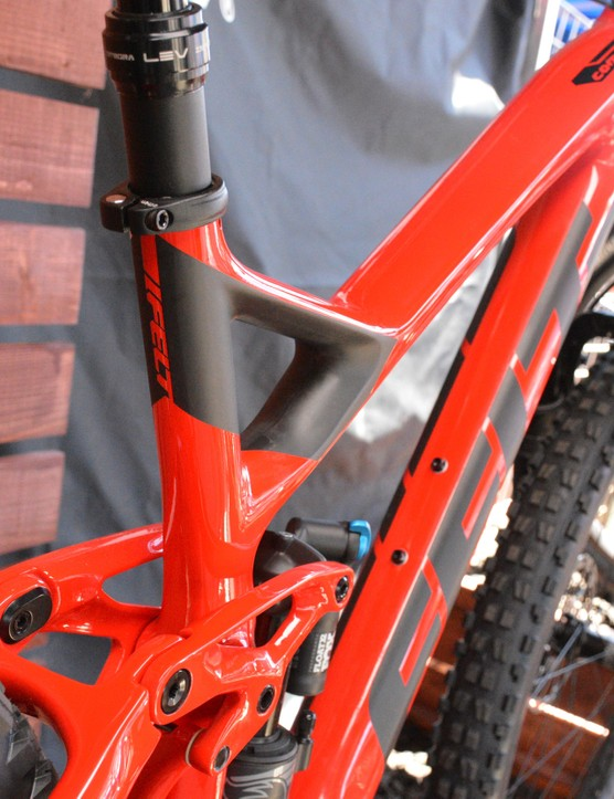 A flip chip on the upper link allows 1-degree of head angle and 10mm of bottom bracket height adjustment
