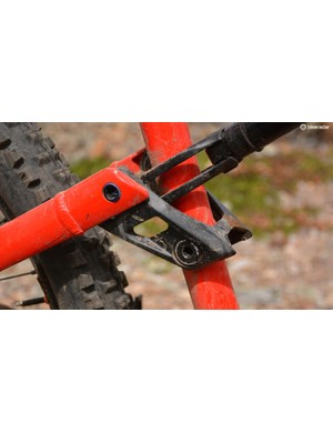 This little link ties the front and rear frame halves together and helps with the impressive frame feel
