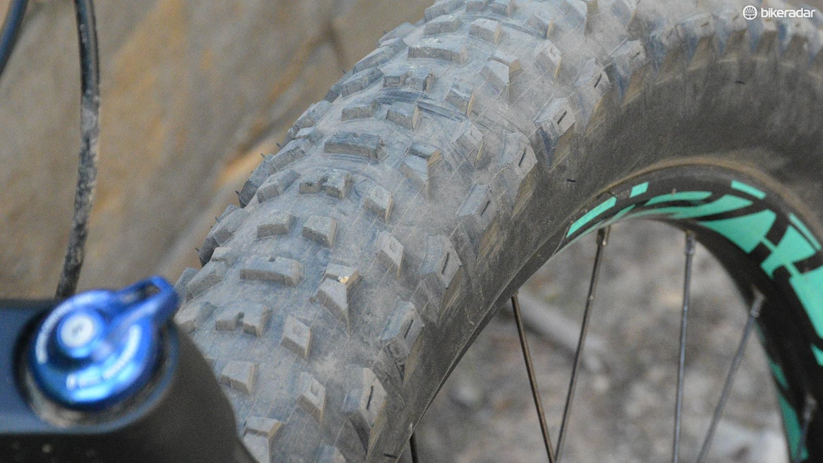 Up front a 27..5 x 3.0 Specialized Purgatory leads the way. Even with the 38mm wide Roval rim, it's a rounded casing