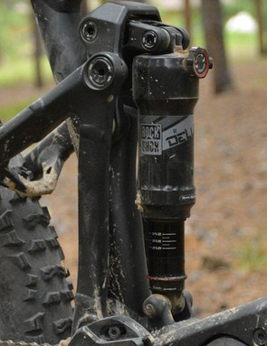 140mm of rear travel is sucked up by a RockShox Deluxe R shock