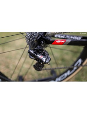 The electronic derailleurs from Campagnolo have a lacquered carbon finish