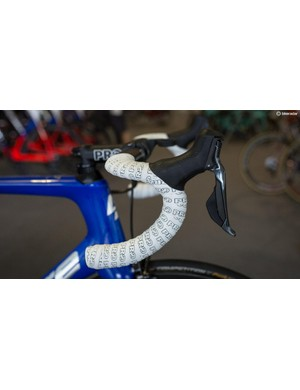 Cimolai chooses to have the tape wrapped tightly together resulting in chunky looking handlebars