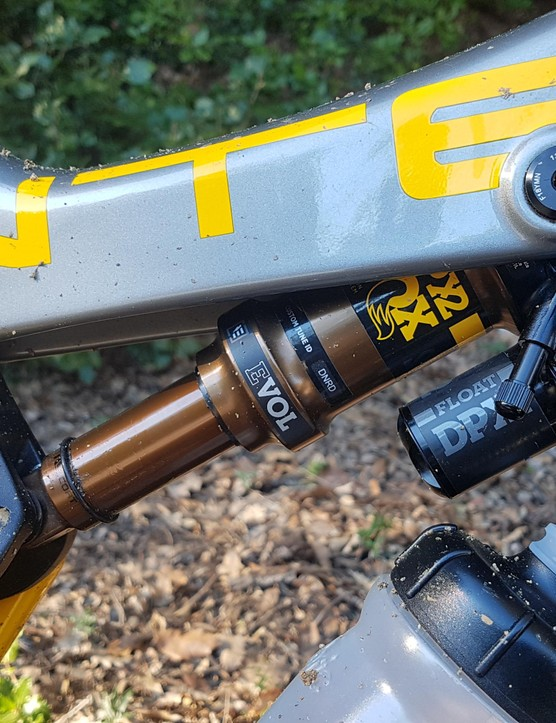 Fox's DPX2 shock nestles in the top-tube, leaving room for a 500ml bottle