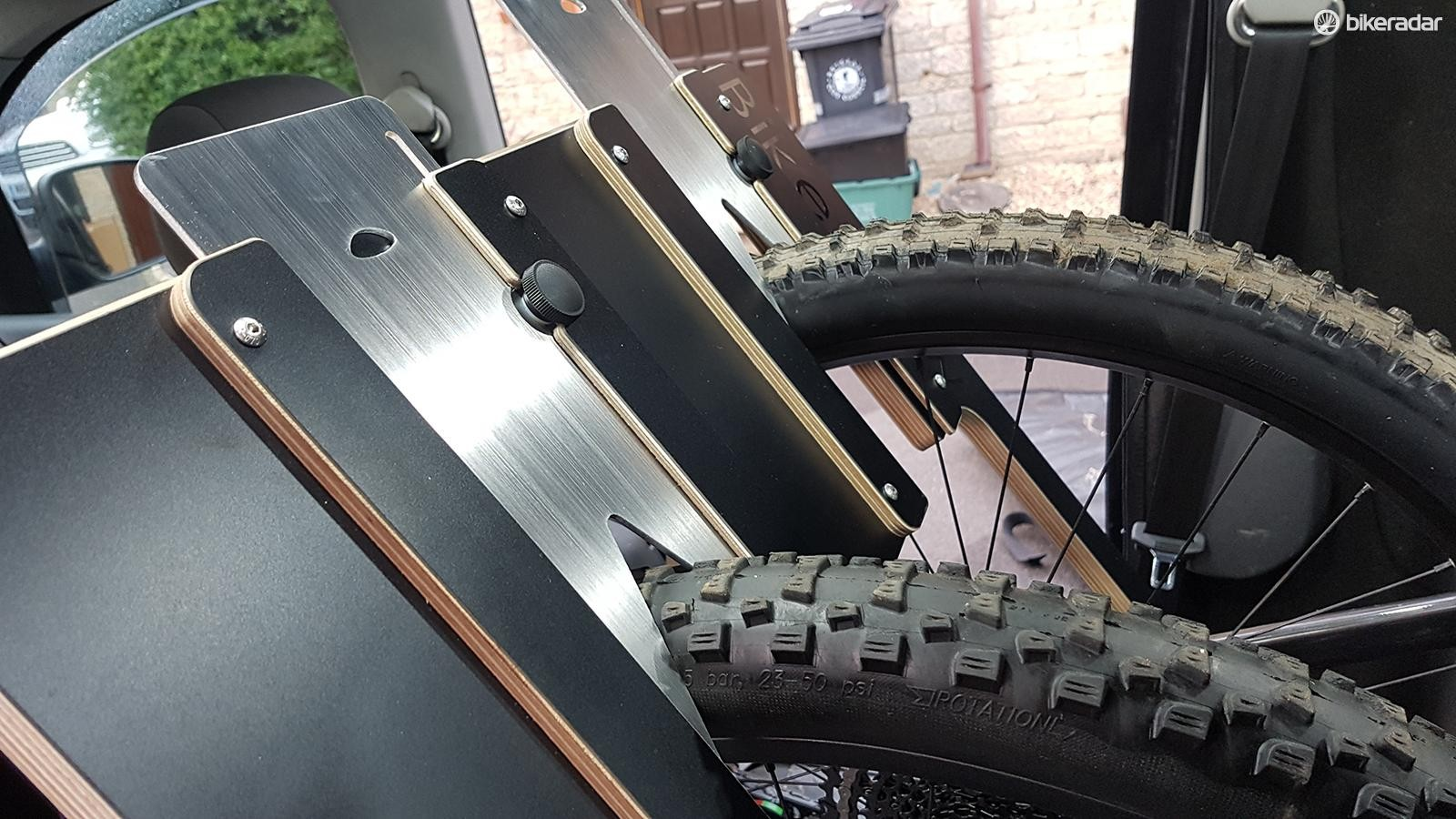 The rack supports either the front or rear wheel of your bike with a sliding aluminium slider that can take up to 27.5x3in or 29x2.4in rubber