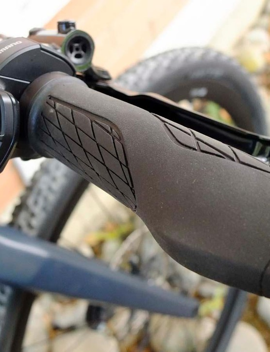 The Alpenchallenge AMP Cross LTD gets Di2 shifting, operated by a matching right side control