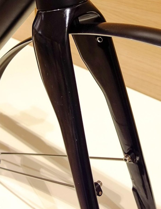 Front fender fitted, with stays inside fork legs