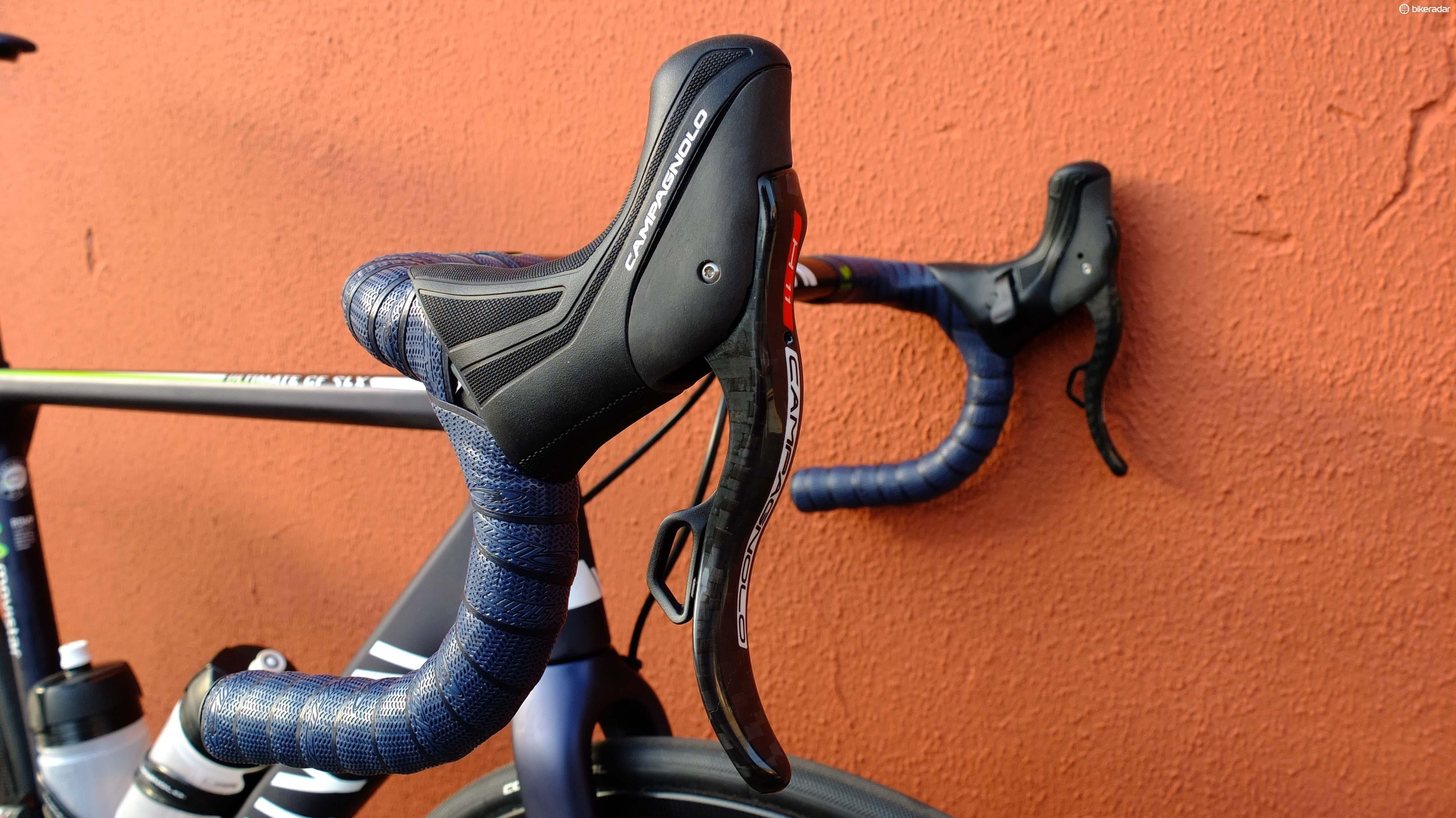 The lever's double curve profile and grippy hoods combine to give great grip and control