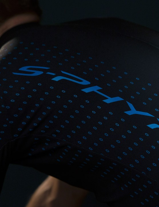 Seamless shoulders and 3D construction provides a second-skin fit