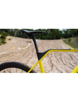 The distinctive top tube kink creates welcome shouldering room and the perfect hand hold, plus exposes more seatpost and tightens the rear triangle