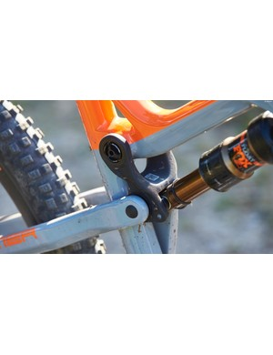 Both the two top-tier Primers use the new Intense SL carbon frame which is lighter yet, Intense claim, just as strong and stiff as the standard carbon layup. Part of the weight saving comes thanks to the carbon upper link which lets you adjust between 115mm and 130mm of rear wheel travel