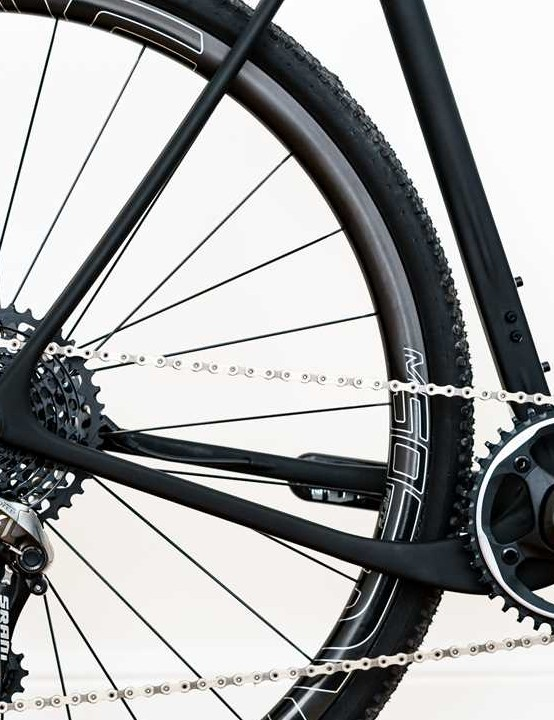 Distinctive dropped chainstay design helps to offer room for up to 2.1in tyres (on 650b rims)