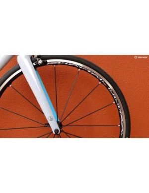 16 radial anodised aluminium aero spokes keep things light and stiff