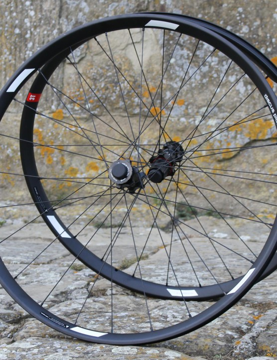 The Discus Plus C25 Pro is an ultra-wide, tubeless-compatible alloy wheelset