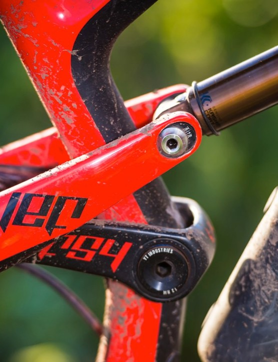 Thanks to the flip chip located at the rearmost shock mount, you can easily and quickly adjust the Jeffsy's head and seat angle, as well as alter its bottom bracket height