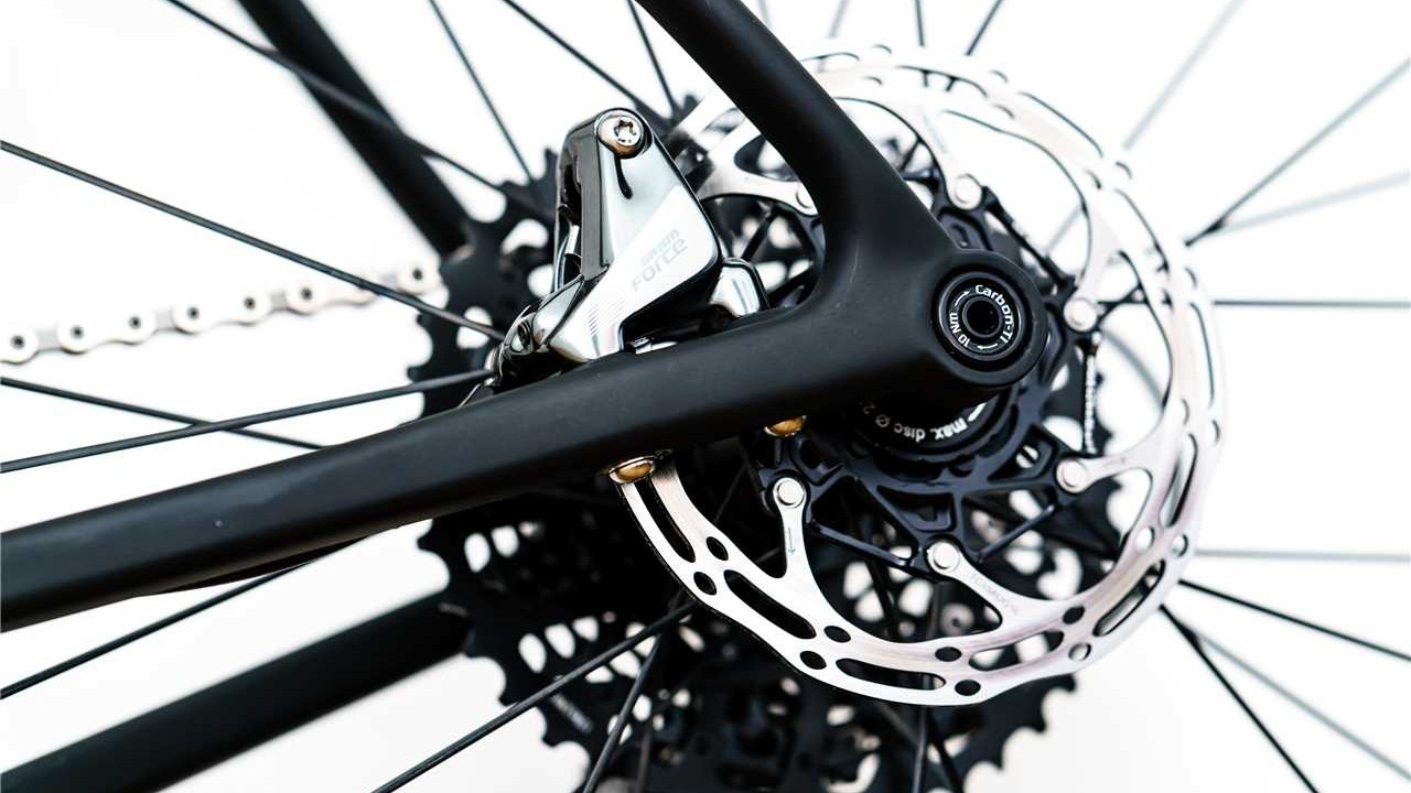 Clean flat mount rear end is optimised around a 140mm disc rotor