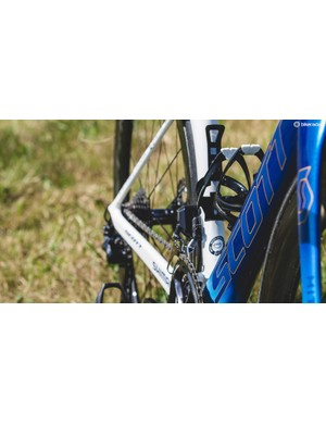 The Scott lettering detail on the down tube features subtle gold outlines with different shades of blue