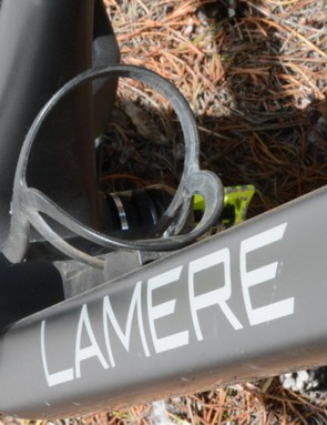 A single bottle cage mounts easily within the front triangle