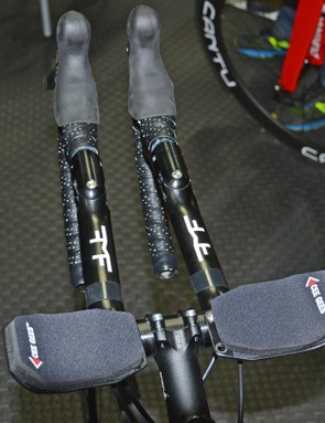 Two levers allow the bars to pivot into a straight aero bar set up