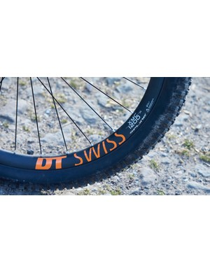 Thanks to the light yet stiff DT Swiss XMC1200 Spine wheels, the Primer is no slouch when you get on the gas