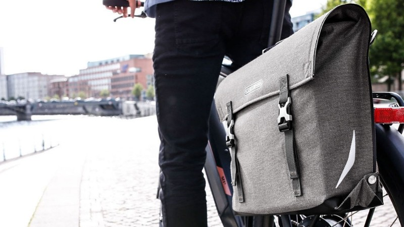 The Urban Line Commuter Bag from Ortlieb is extremely stylish but it carries a multitude of function with it as well