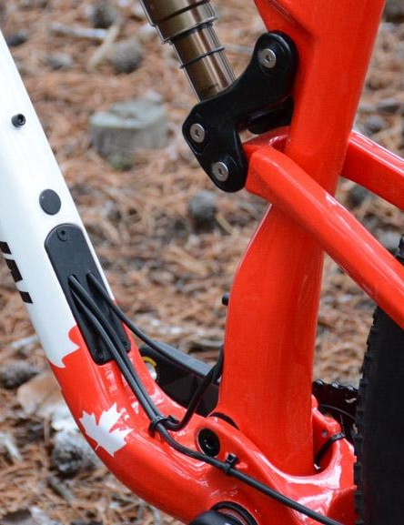 A large cable exit on the main frame simplifies routing, allows a Di2 battery and is compatible with the Fox Live Valve