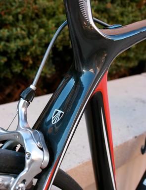 The rear seatstay has a wishbone design, with flattened seastays arching into the rear dropouts.