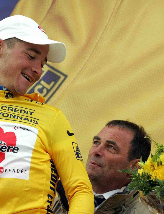 Hinault (C) cinches the podium yellow jersey a bit too tight for Thomas Voeckler in 2004.