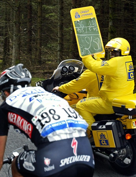 A breakaway gets a time gap relayed to him