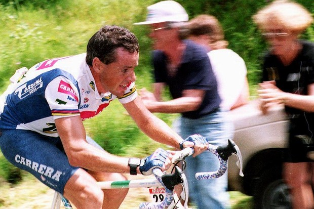 Irishman Stephen Roche, winner of the 1987 Tour, breaks away from the pack during the 16th stage of the 79th Tour de France 21 July, 1992 from Saint-Etienne to La Bourboule. Roche won the stage 40 seconds ahead of Russian Viacheslav Ekimov.