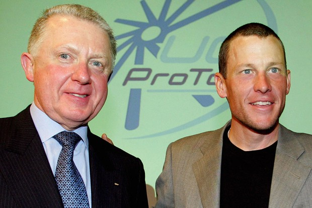 Former UCI chief Hein Verbruggen (L) poses with Lance Armstrong in 2003 (file photo).