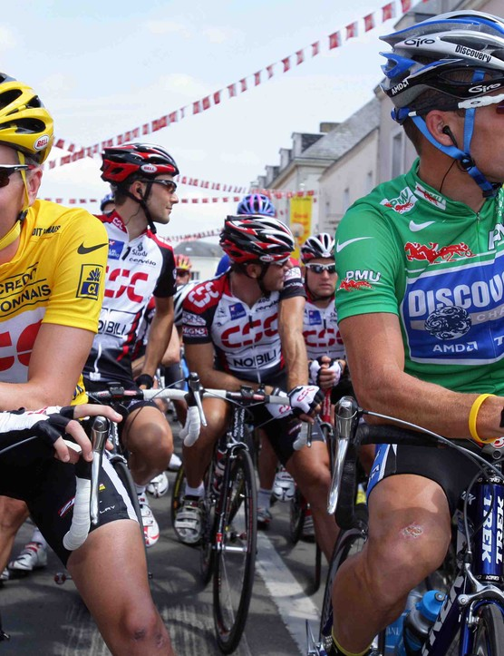 Zabriskie in yellow before the start of Stage 2 in the 2005 Tour, next to Lance Armstrong.