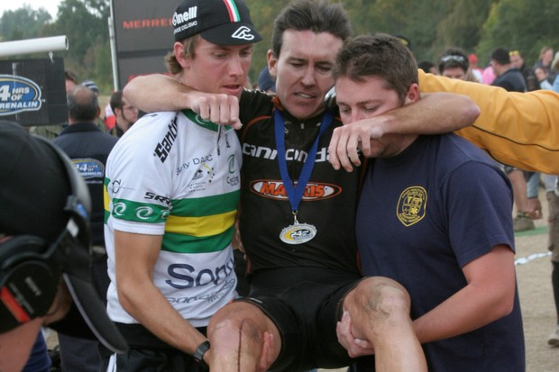 Craig Gordon is helped off the course after winning the 2006 solo MTB world's