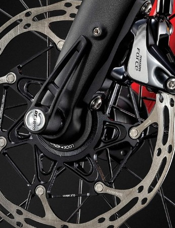 SRAM Force flat mount hydraulic disc brakes provide the stopping power