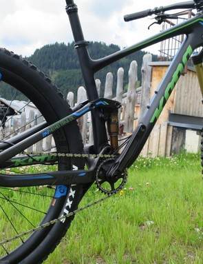 An XTR drivetrain keeps the carbon wheels rolling