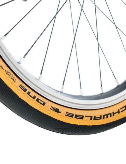 The stock Schwalbe One 35mm tan-wall tyres are bang on trend