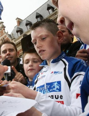 Boonen signing autographs at the 2007 Tour.