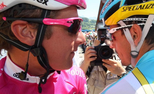 Patrik Sinkewitz chats with Andreas Kloden at the Tour on July 15, 2007.