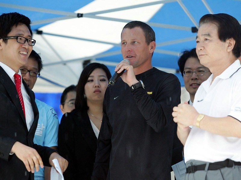 Lance Armstrong demonstrates the art of speaking to non-cyclists